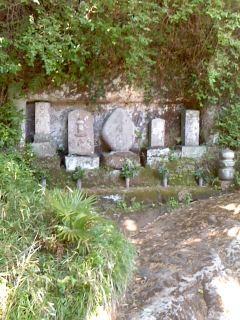 石碑群(鎌倉市山ノ内)。