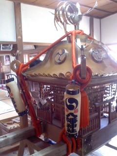 神輿の飾りつけ(7月27日、市場町内会)