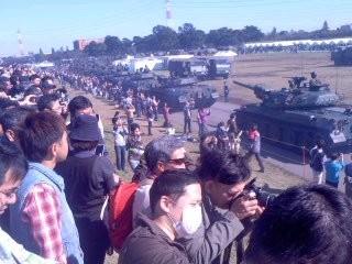 戦車に歓声(10月27日、自衛隊観閲式)