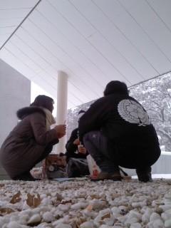 雪を愛でつつ(2月8日、神奈川縣護國神社)