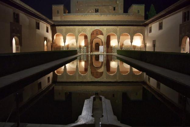 グラナダ:アランブラ宮殿天人花の中庭(南から)(夜景)