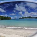 写真: サングラス越しの海