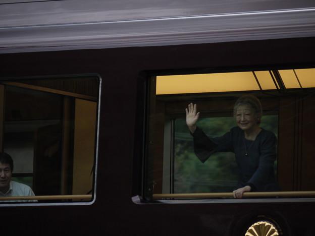 お召し列車 手を振る美智子様
