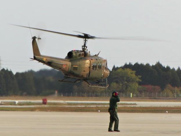 滑走路に向かうUH-1J