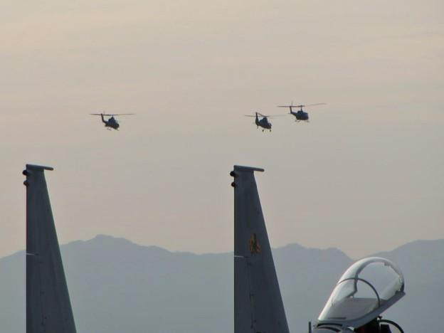 基地を飛び立つヘリの編隊