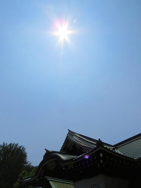 靖国神社拝殿と空