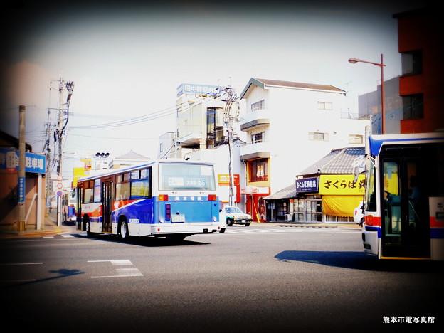 国道3号から子飼橋(こかいばし)通りに右折する熊本電鉄バス。この通りも拡幅されるそうです。現在立ち退きが進んでいます。