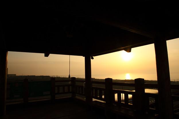 展望台と日本海に沈む夕陽