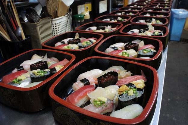 写真: お寿司がどこまでも並ぶ眺め