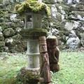 灯篭と木像。