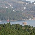 写真: 芦ノ湖と鳥居と海賊船。