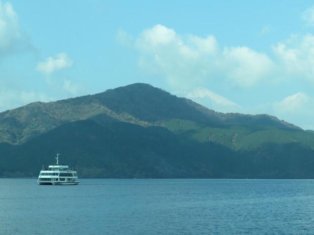 富士山と芦ノ湖と観光船。