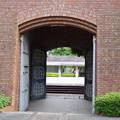 金網の向こうの開け放たれた門