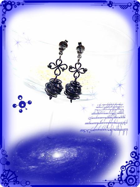 ∵くるくる銀河のつぼみピアス ブルーサンドストーン(紫金石)ハンドメイド 手作り ワイヤーワーク(ワイヤーアート)グルグル渦巻きピアス3