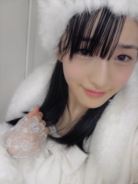 真っ白な衣装で自撮りを撮るHKT48の田島芽瑠