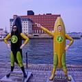 なぜ門司港にバナナマン!?