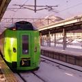 早朝の函館駅ホームから見る函館山・・白く