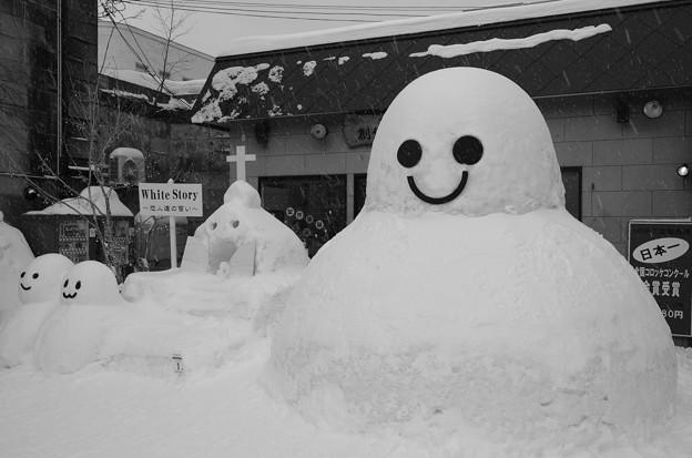 小樽の町並みで雪だるま? モノクロ
