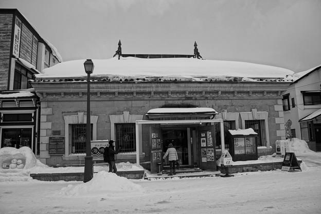 雪の小樽のオルゴールの店・・モノクロ