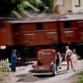 踏み切りで通過する列車を待つ風景・・20130922
