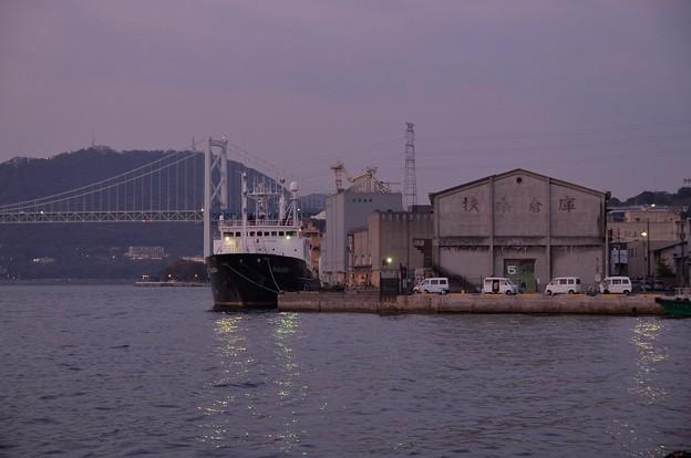 Photos: 日も落ちて門司港停泊の貨物船・・関門海峡