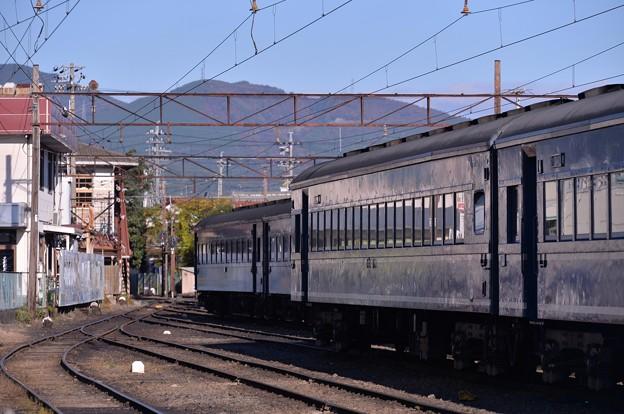 SLたちと連結を待つ客車たち・・20131123