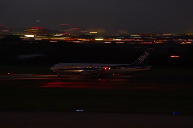 ANAの夕刻の旅客機【H24・1】
