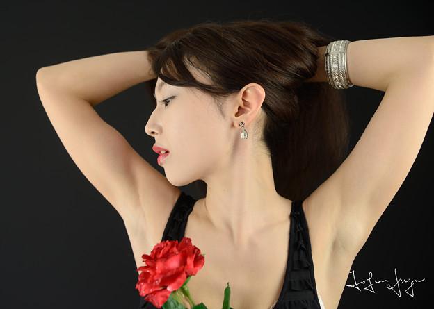 加奈恵黒バック横顔アップ2L
