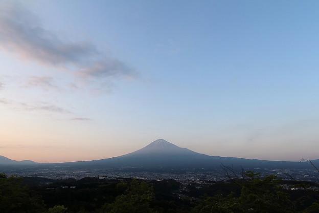写真: 夕暮れの富士山と富士宮市街(2)