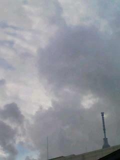 分厚い雲が流れて来た。これ...