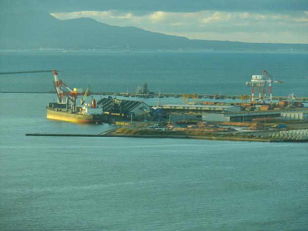 【蔵出し】秋田港外港と奥に見える男鹿・船川港