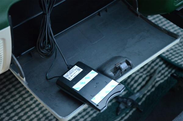 本体に耐熱性両面テープを貼付けてダッシュボード内に固定