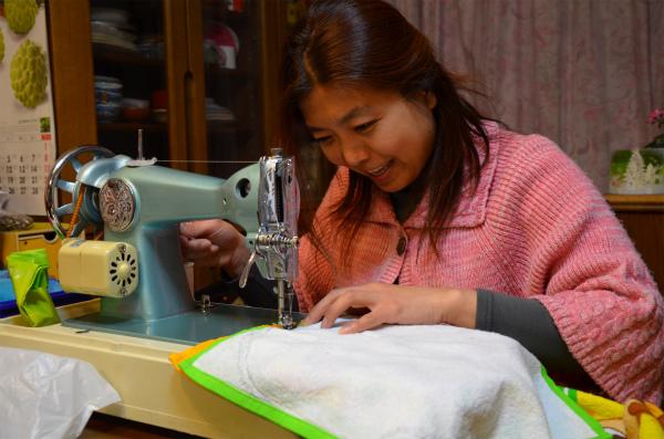 2枚のタオルをミシンで縫い合わせる