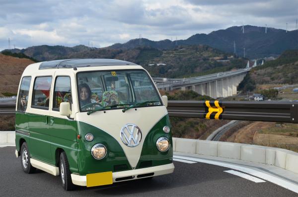 浜松SAから新東名の橋と風力発電施設を望む
