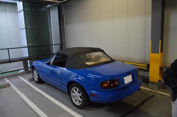 濡れた車内の雨水が少しでも乾くように窓全開で駐車