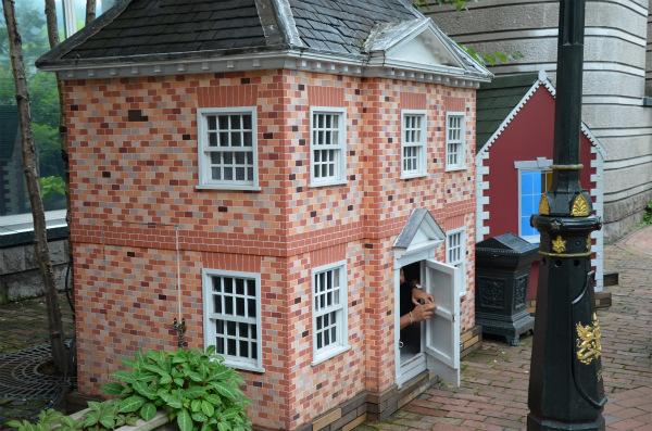 小人サイズの小さなお家がたくさん並ぶ