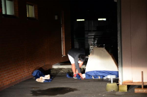 次男がテントを張ってくれます