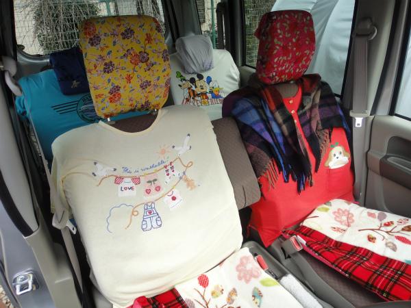 シートにTシャツ、ヘッドレストにバンダナで簡易シートカバー
