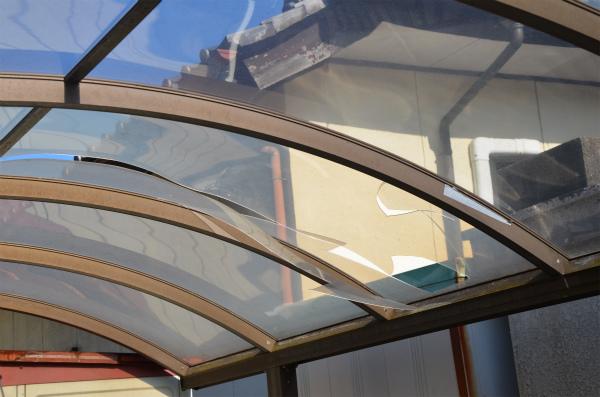 実家のご近所のカーポートのアクリル製の屋根が割れてしまった