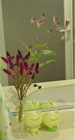 洗面台に花を飾る