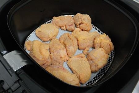 から揚げ粉をまぶした鶏肉を入れると、、、