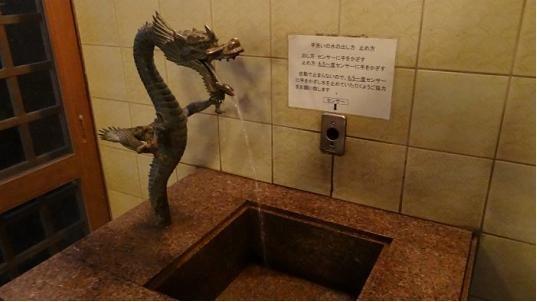 トイレの手洗いも龍