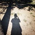 写真: シルクハットにタキシード姿で撮影中(チャップリン?)
